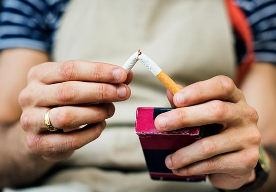 Pessoa quebrando um cigarro - Clínica do Pulmão