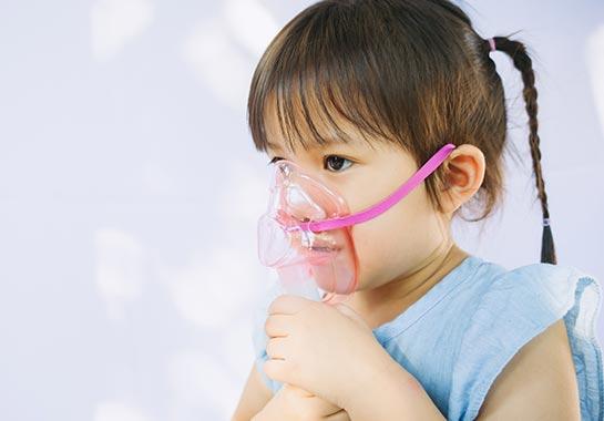Menina de 5 anos com máscara de oxigênio - Clínica do Pulmão