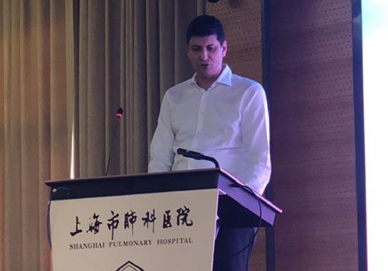 Dr. João Isidro palestrando em curso na China - Clínica do Pulmão
